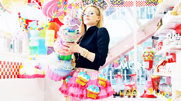 Avril Lavigne teste le style Kawaii avec le clip Hello Kitty